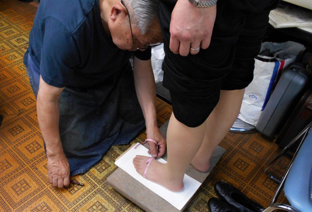 足を計測する画像。