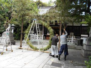 完成した茅の輪の周りを飾る画像