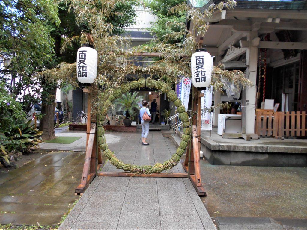 銀杏岡八幡神社の茅の輪の画像。