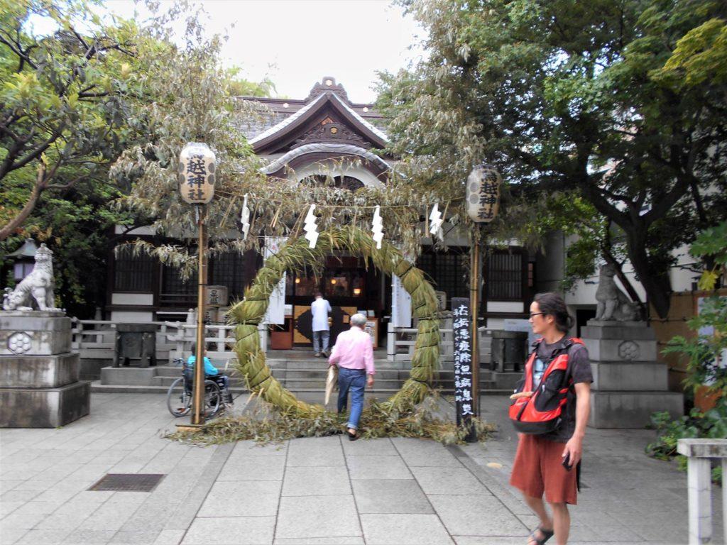 茅の輪が設けられた鳥越神社の画像。