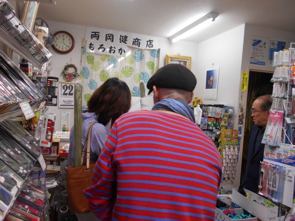 外国人のお客さんが訪れた両岡健商店の画像
