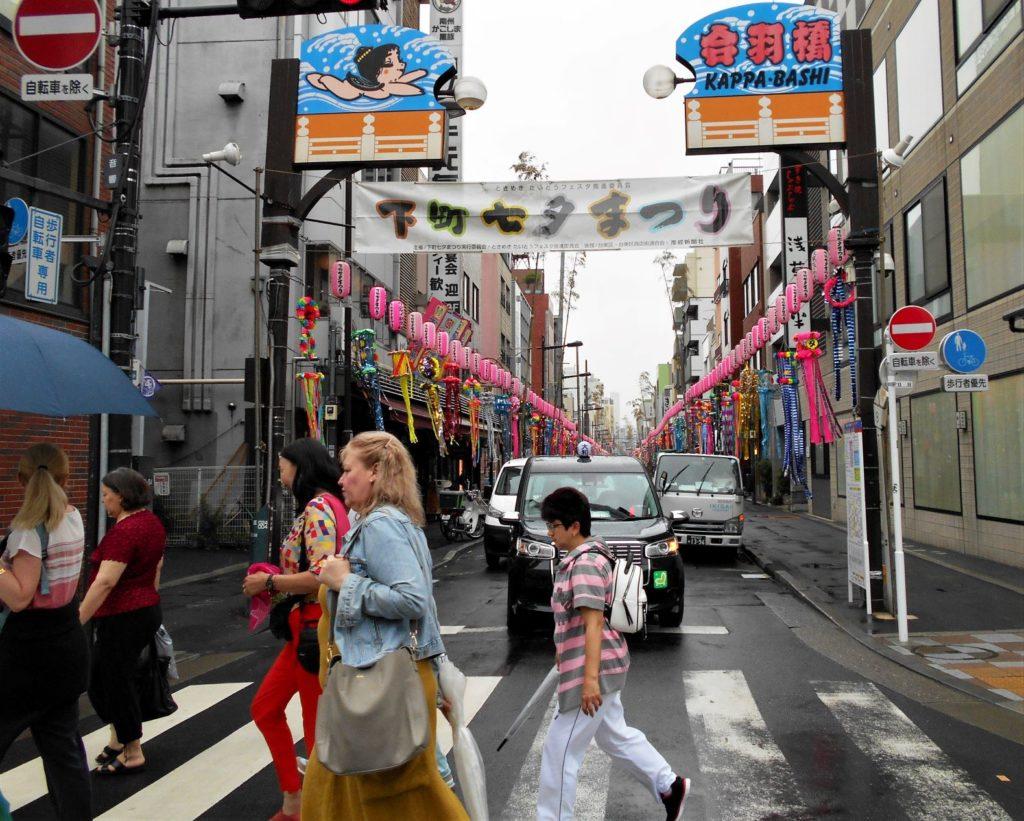合羽橋の七夕まつり。商店街に華やかな七夕飾りが並びます。