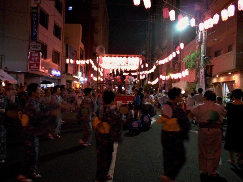 柳橋納涼盆踊り、櫓を中心に浴衣姿の人たちが輪になって踊る画像