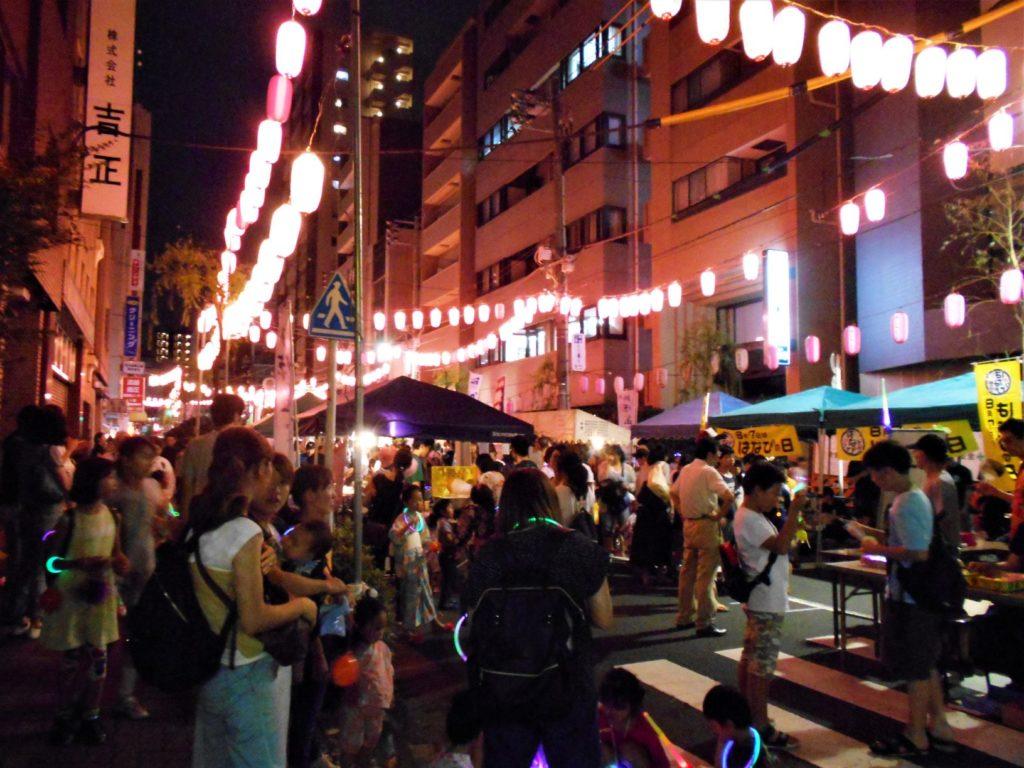 柳橋納涼盆おどりを訪れたたくさんの人たち。