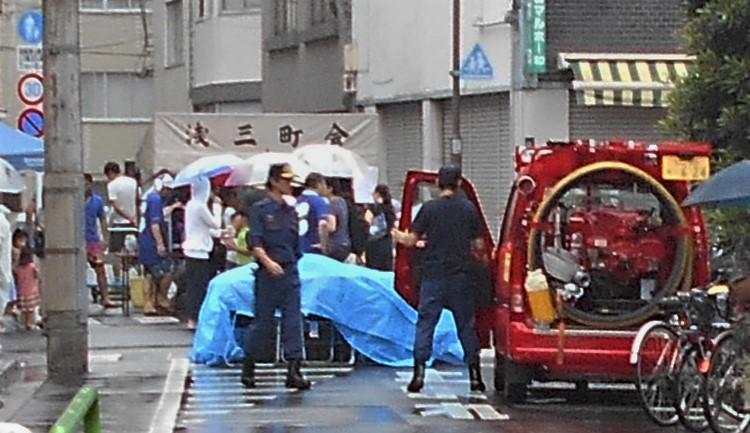 防災訓練に参加した消防団員の方々と可搬ポンプ積載車の画像。