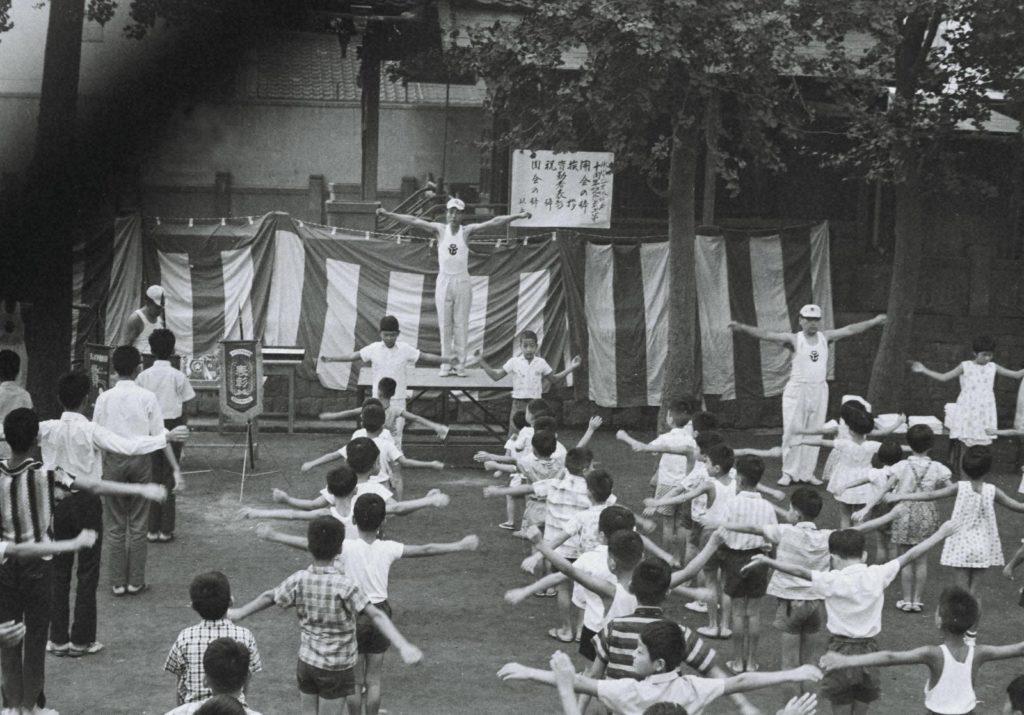 「ラジオ体操10周年」昭和39年(1964)7月のラジオ体操の会の画像。