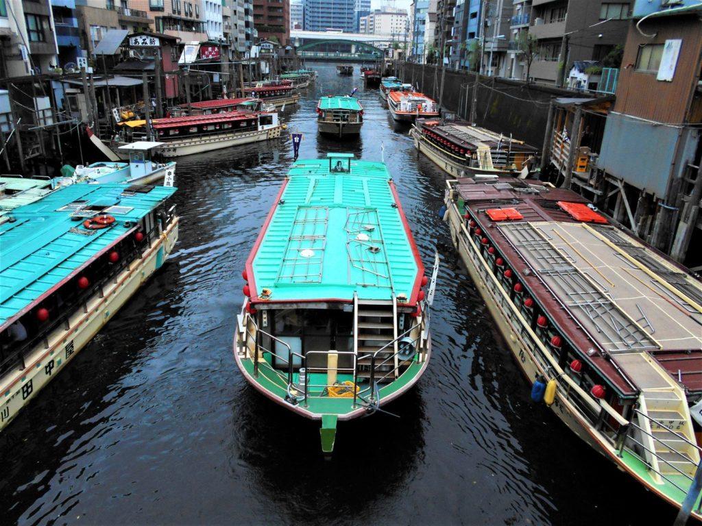 鳥越神社の水上祭に向かう屋形船の船団の画像
