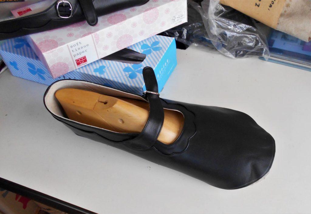 製作途中の靴を木型に合わせた画像。