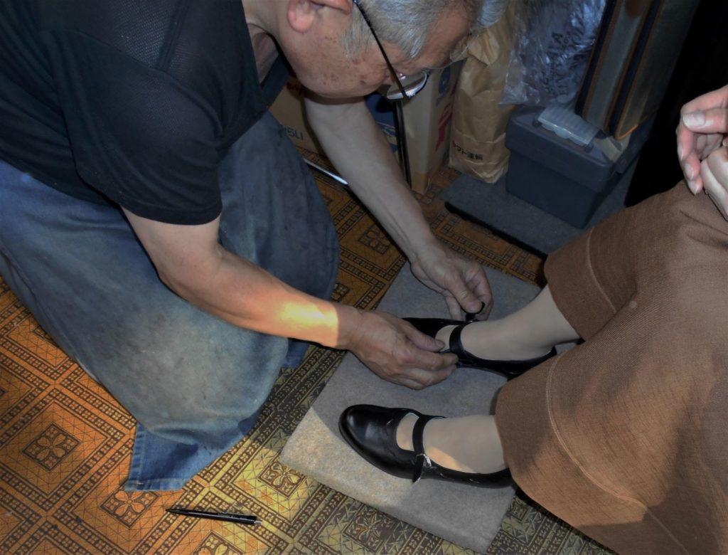 靴を依頼人に合わせて微調整する画像。
