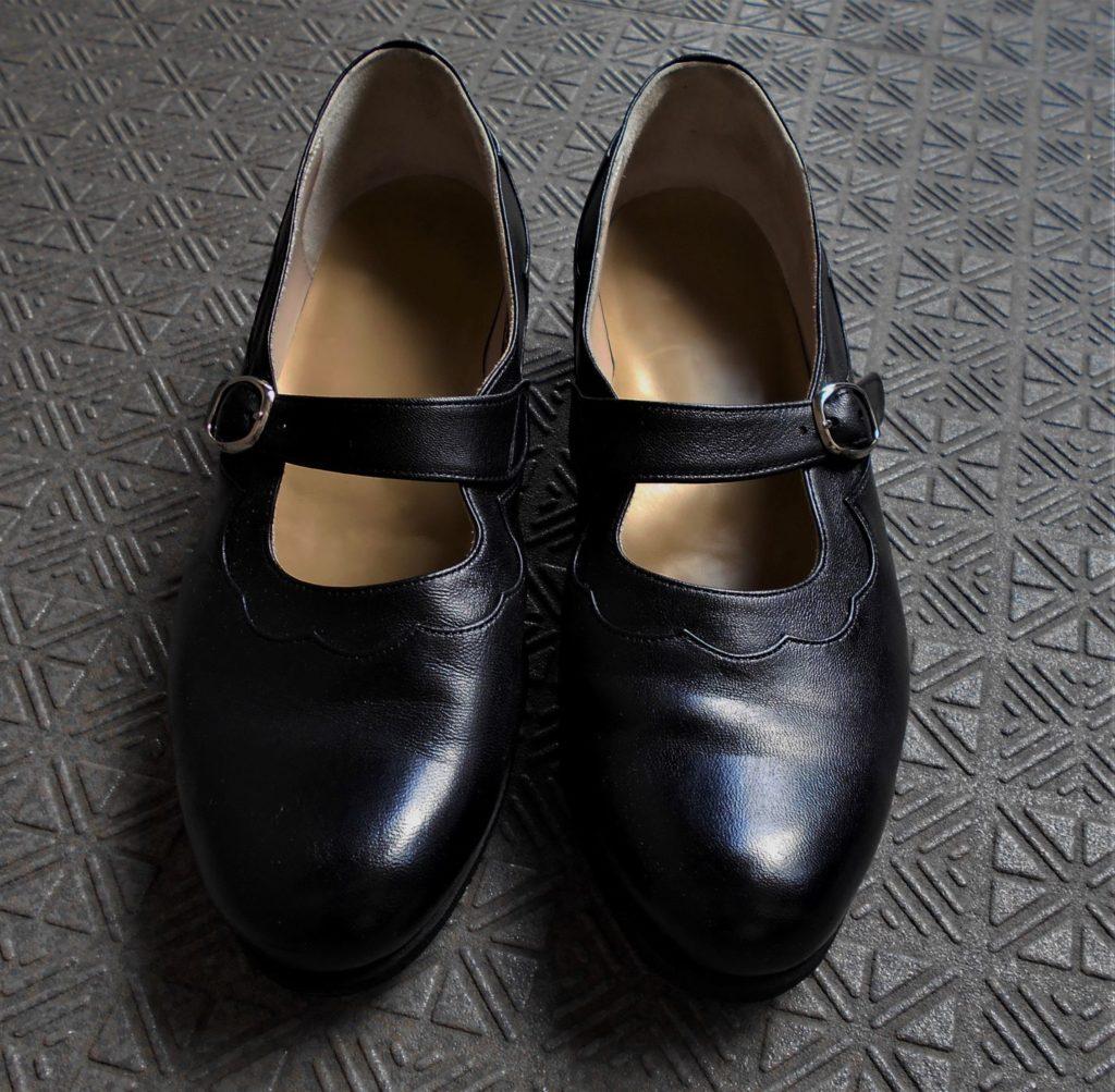 出来上がった靴を正面から見た画像。