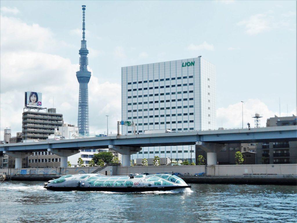 東京スカイツリー前を航行する水上バスのヒミコの画像