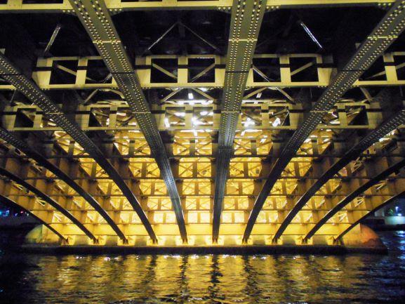 ライトアップされた蔵前橋の橋脚の画像