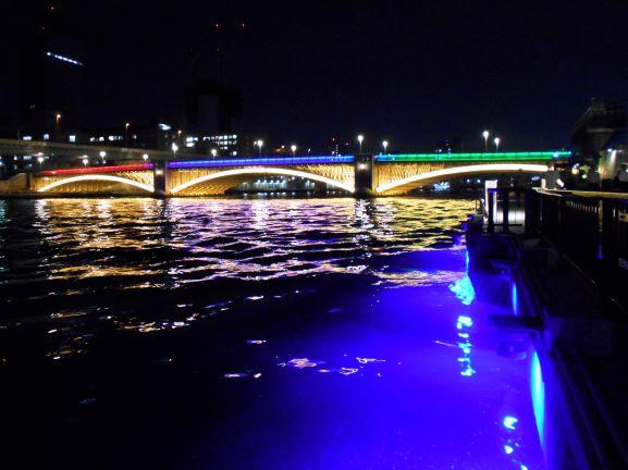 ライトアップされた川面と蔵前橋の画像。