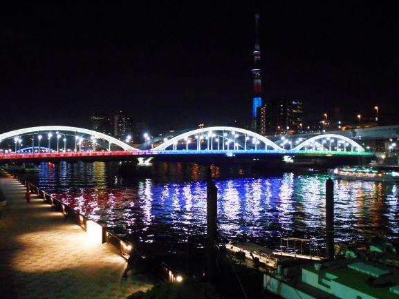 ライトアップされた厩橋と東京スカイツリーの画像。
