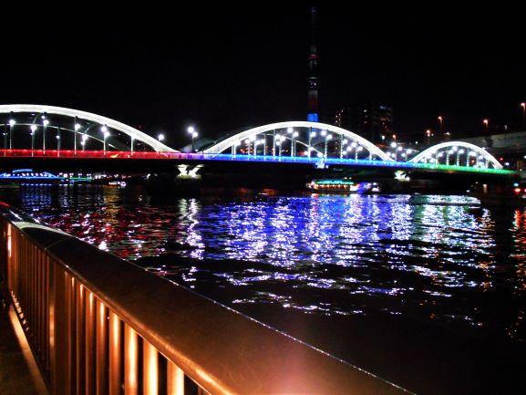 ライトアップされた厩橋と駒形橋の画像。