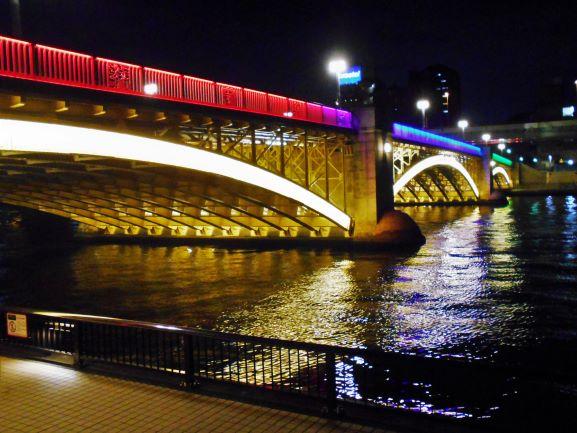 ライトアップされた蔵前橋の画像。