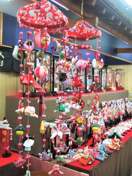 人形の昇玉店内の吊るし雛と羽子板の画像