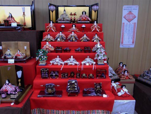 昇玉店内の五段飾り雛人形の画像。
