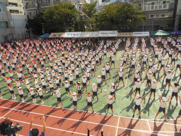 運動会のはじめに みんなでラジオ体操する画像