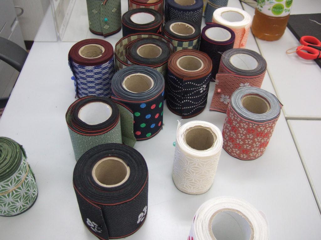 現代的な畳縁が並ぶ画像。