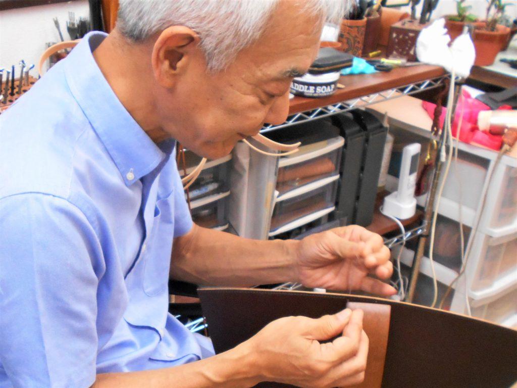 作業をする小林さんの画像。