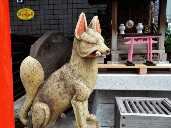 扇稲荷神社の狐像の画像。