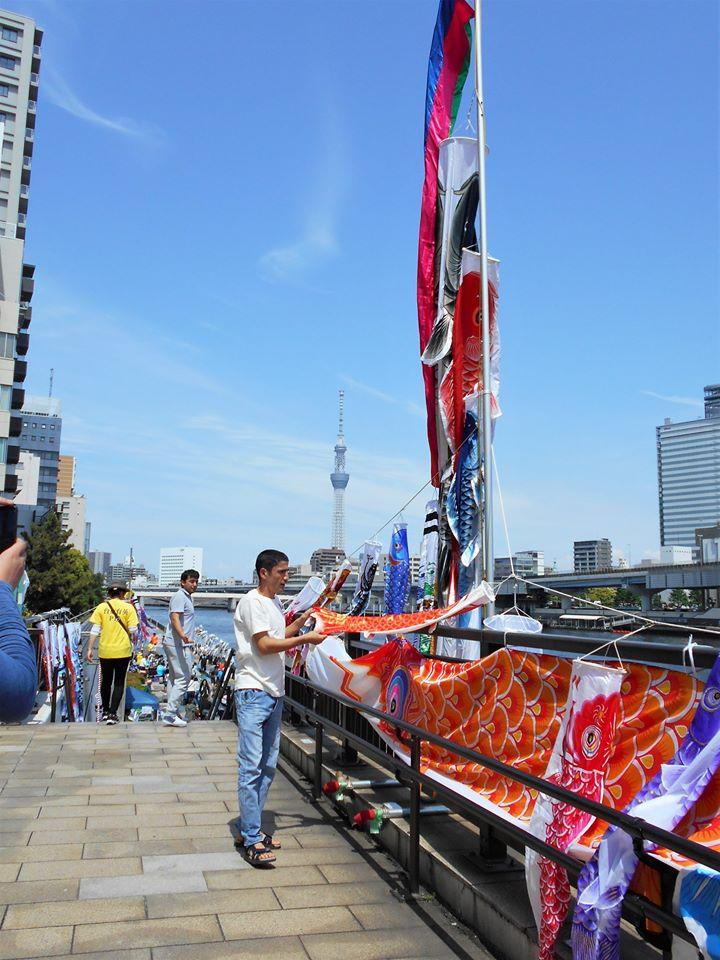 隅田川こいのぼりフェスティバル会場風景の画像。
