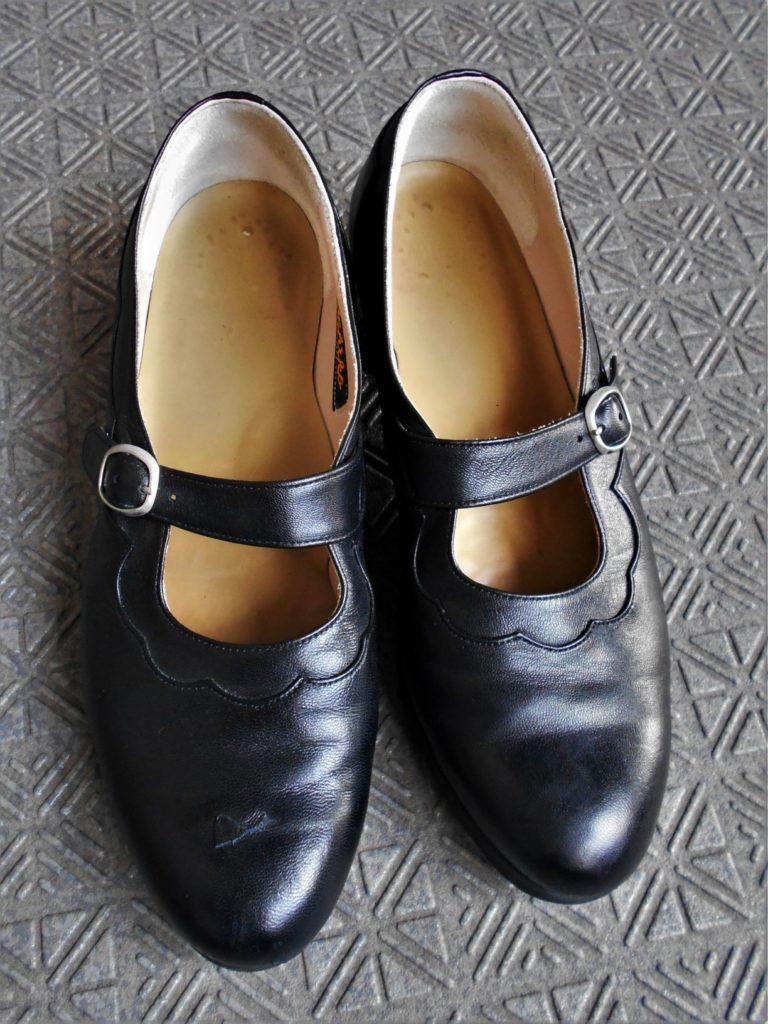 傷ついたうちの奥さんの靴の画像。