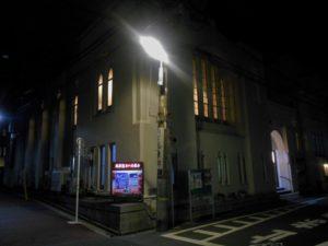 灯りのともる浅草聖ヨハネ教会の画像