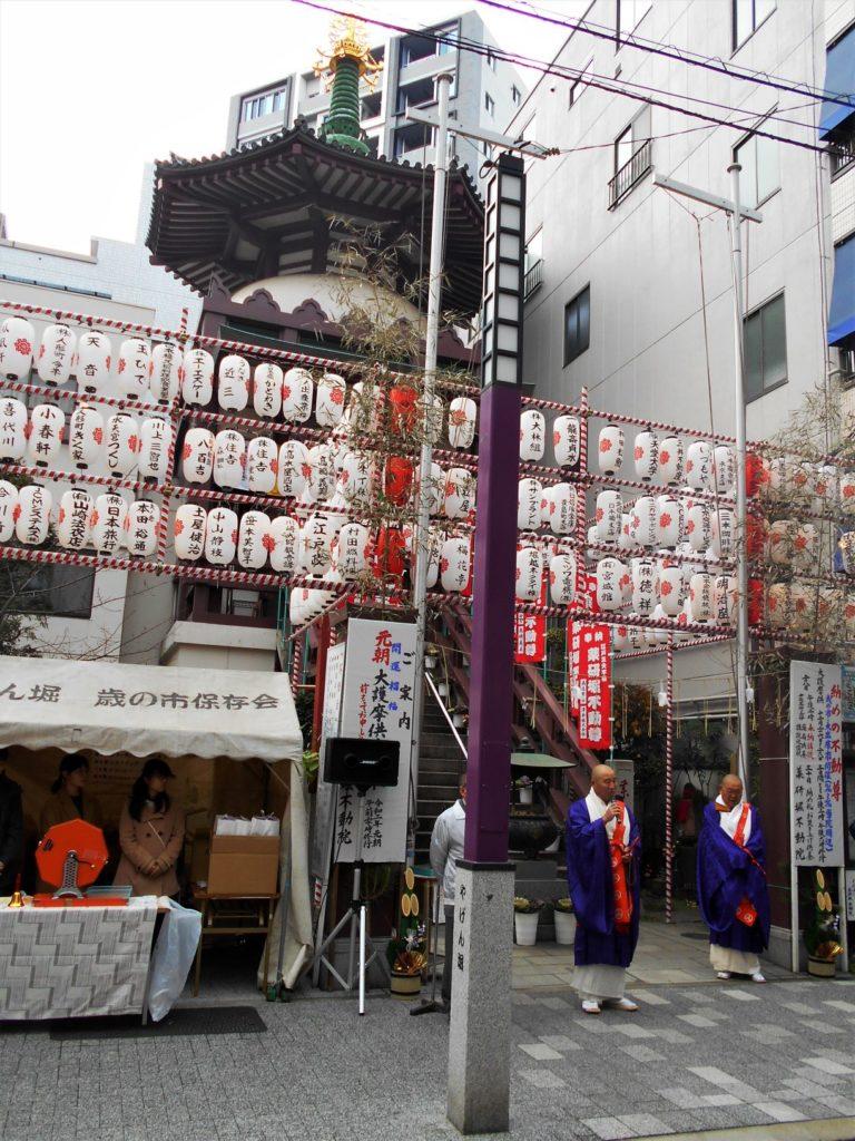 薬研堀不動(東京都中央区東日本橋)の歳の市の画像。