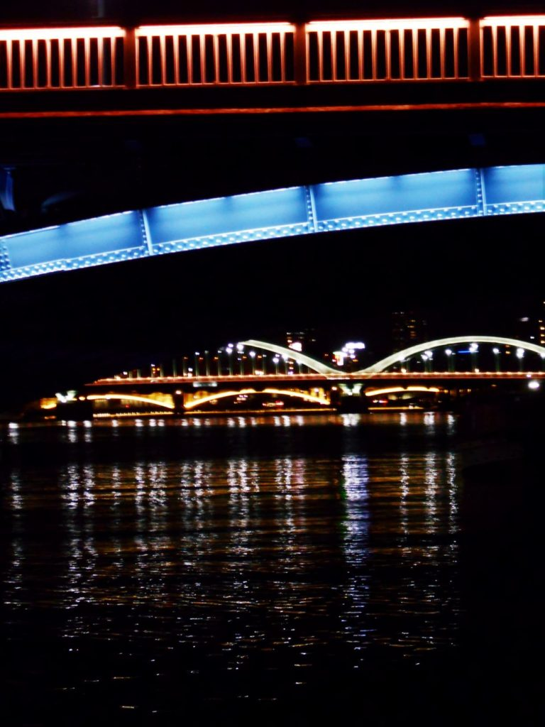 上流から駒形橋、厩橋、蔵前橋を望む画像。