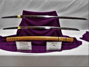 武蔵繁慶と井上和泉守  鍔と拵えを外した状態の日本刀の画像。