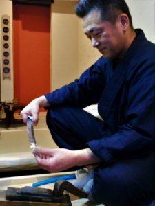 長岡日本刀研磨所を主宰する長岡靖昌さんの画像。