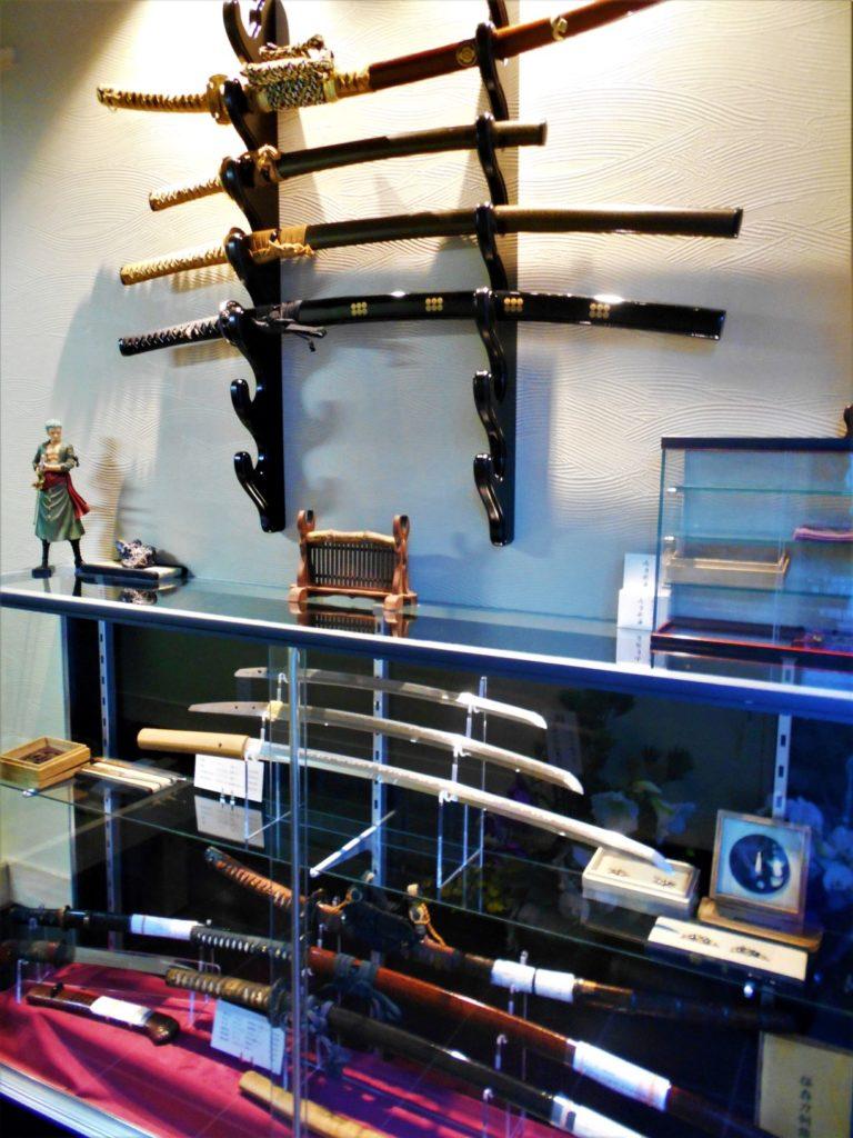 展示即売されている日本刀の画像。