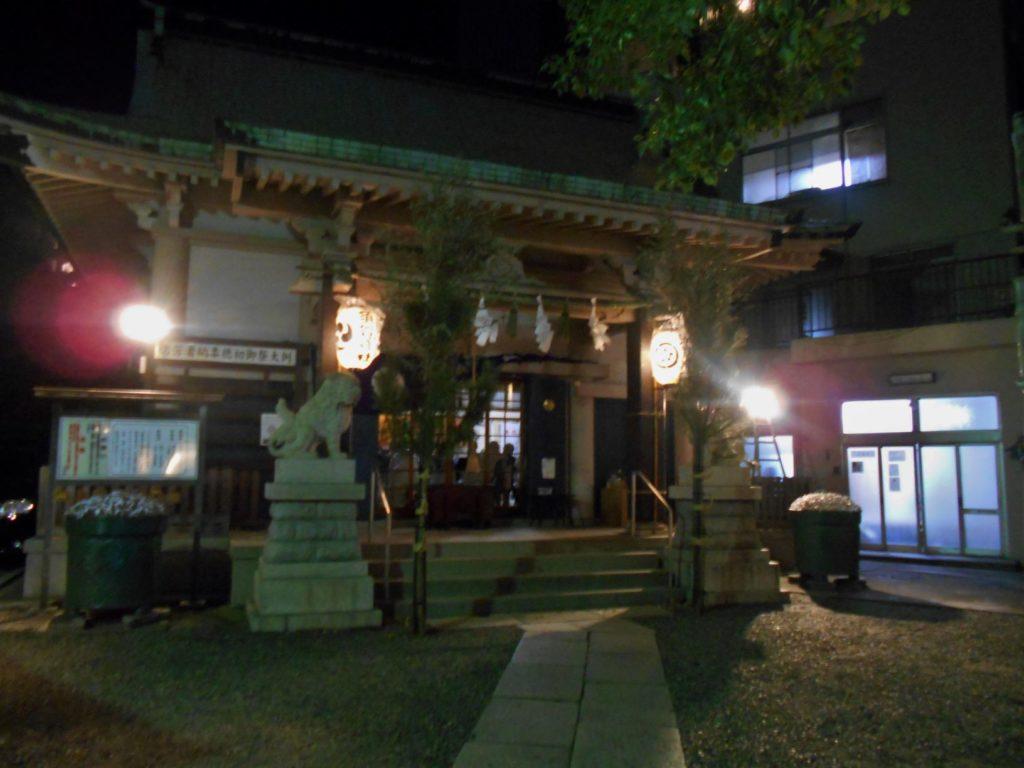 初詣客を迎える須賀神社本殿の画像。