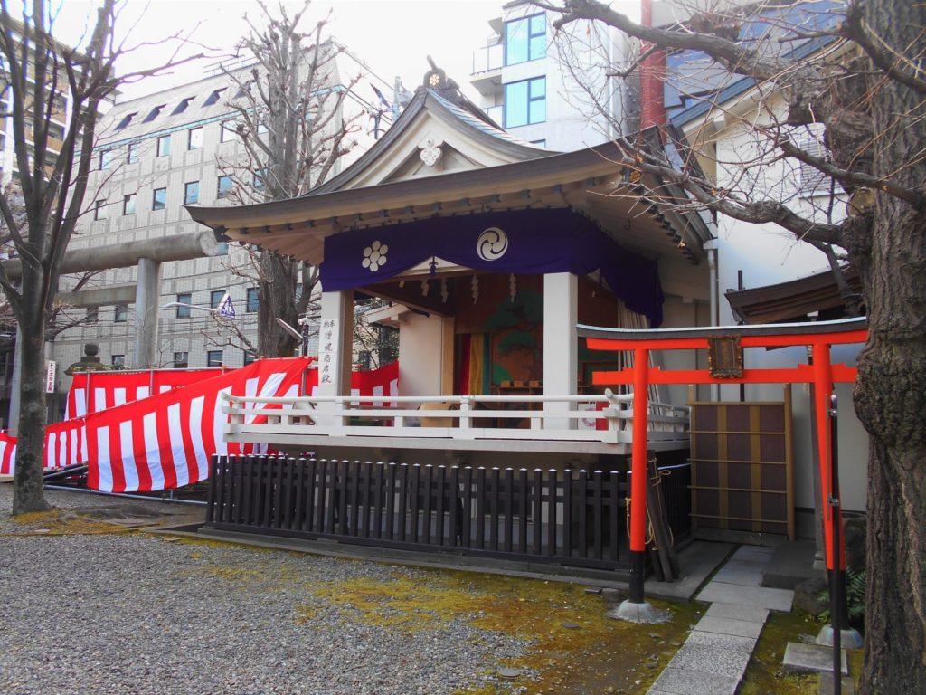 榊神社の豆まき会場となる神楽殿の画像。