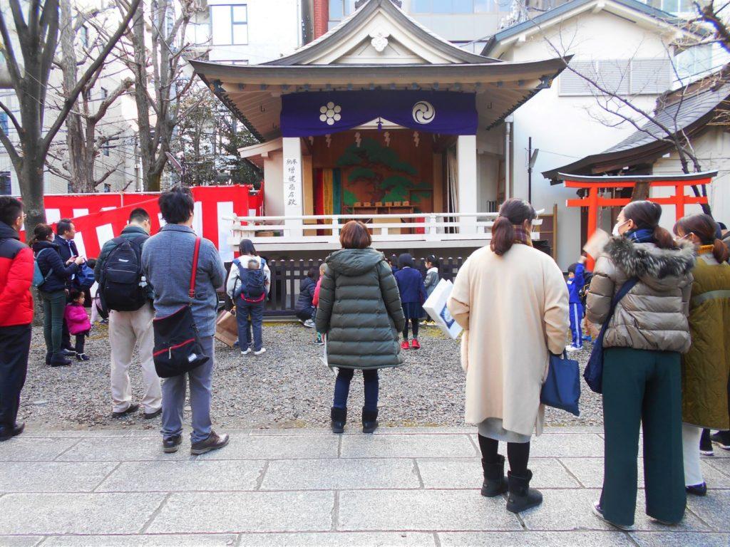 榊神社の豆まきが始まるのを待つ人たちの画像