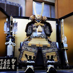 甲冑飾り「SGK-3 緋糸縅大鎧 5号」の画像。