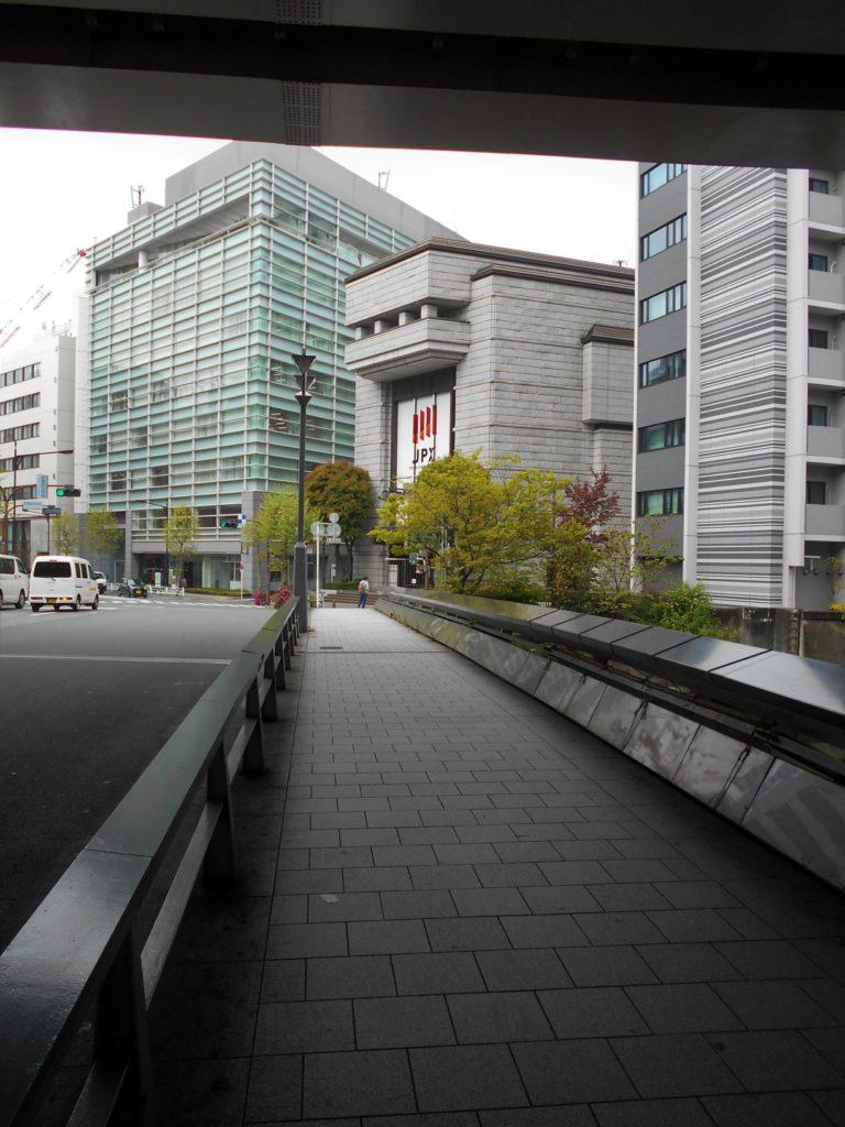 鎧橋から東京証券取引所を眺めた画像。