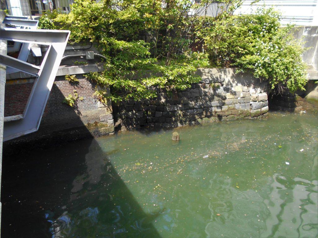 鎧橋の橋台と石垣の画像。