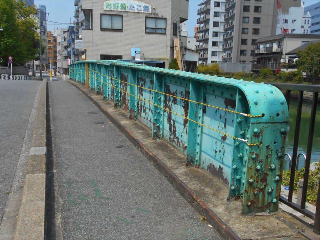 弁天橋の南側高欄の画像。