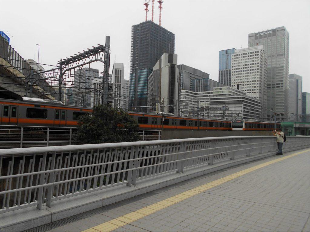 竜閑さくら橋から見た電車の画像。