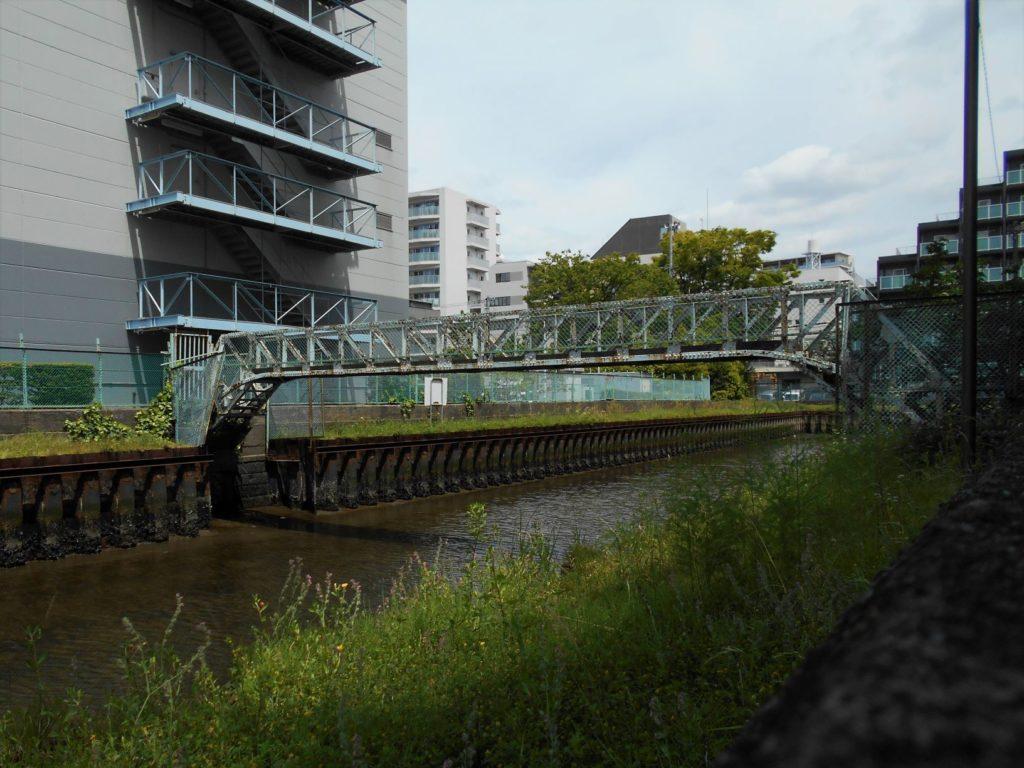 中之堀川に架かる人道橋の画像。