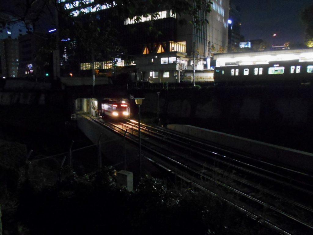 夜の地下鉄丸ノ内線神田川橋梁の画像。