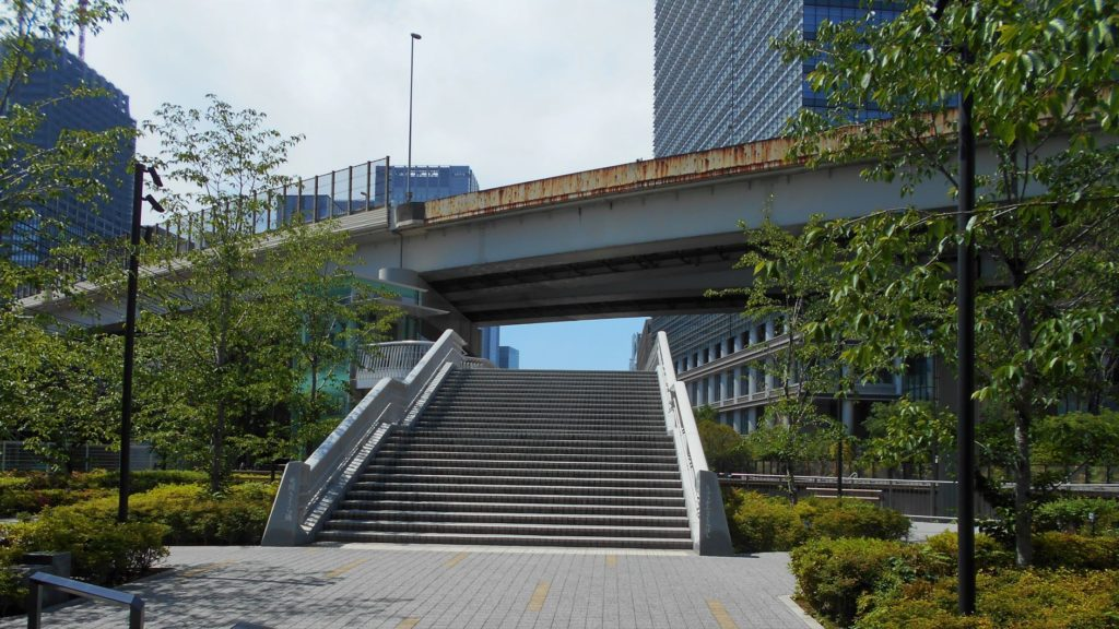 竜閑さくら橋の神田側階段の画像。