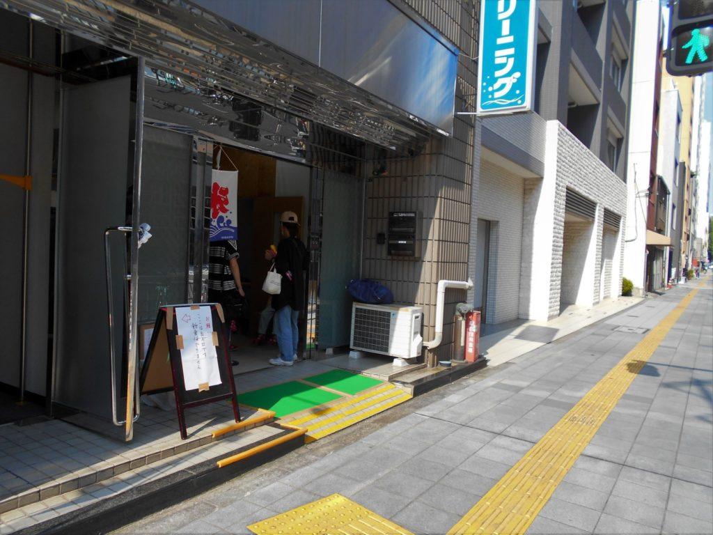 鳥越・港屋さんの臨時店舗の画像。