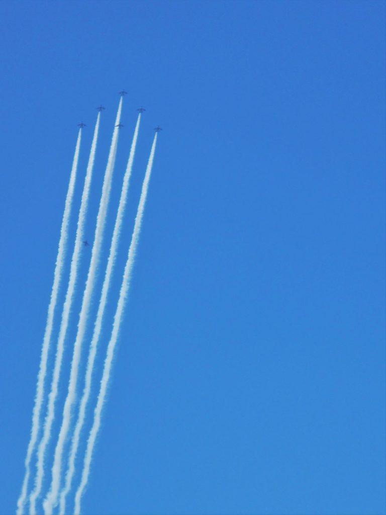 ブルーインパルスの飛行画像。
