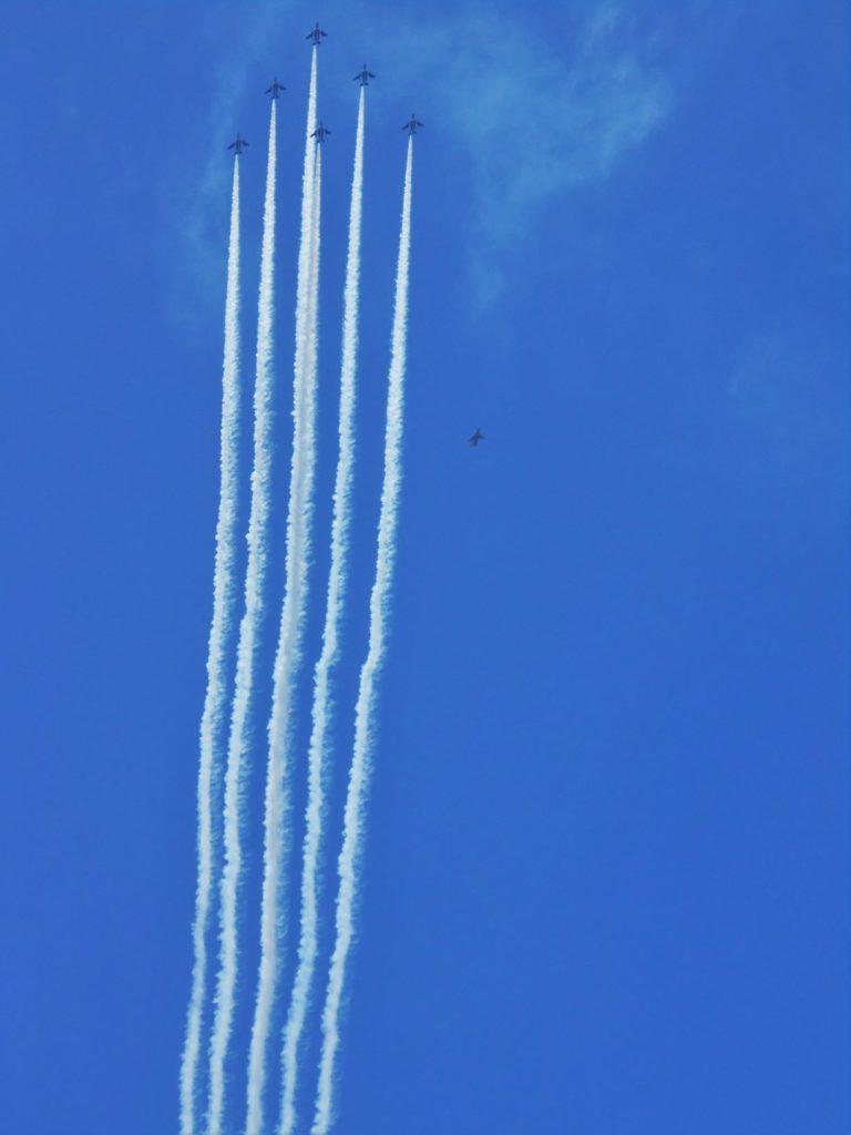 ブルーインパルスがデルタ隊形で飛行する画像。