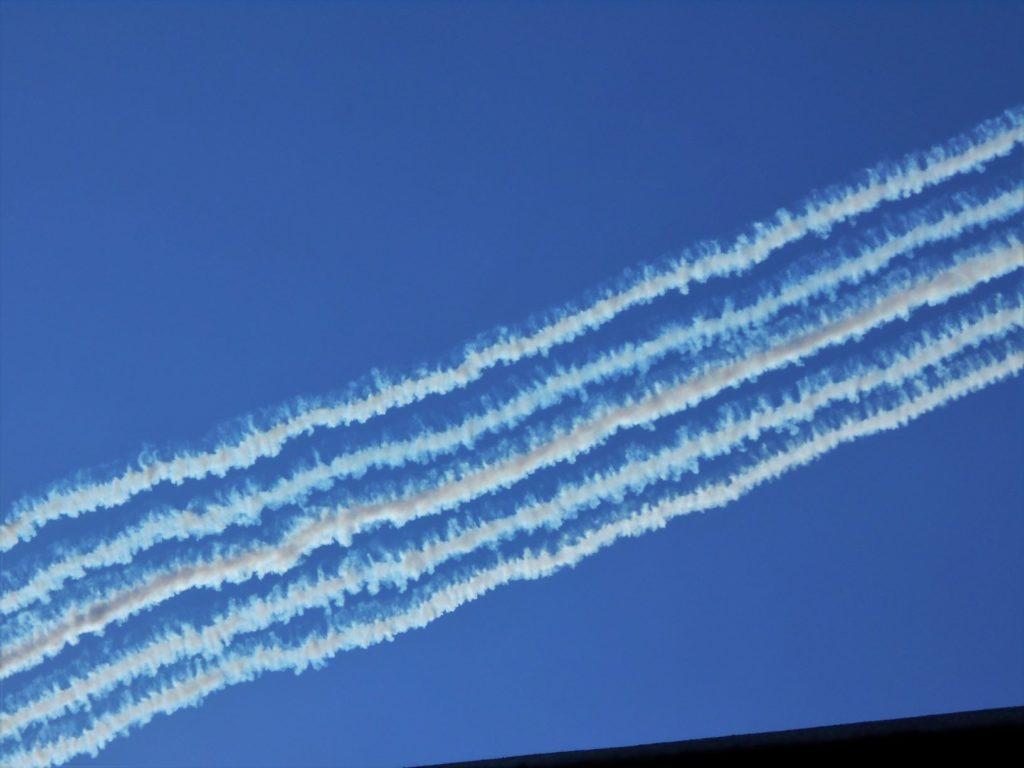 ブルーインパルスが青空に残した軌跡の画像。