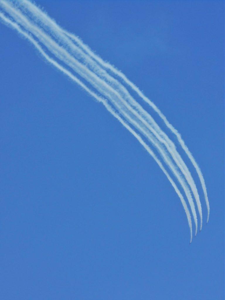 ブルーインパルスが編隊飛行する画像。